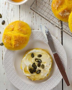 Süße Kürbisbrötchen aus Hefeteig inklusive 5 Tipps für einen gelingsicheren Hefeteig