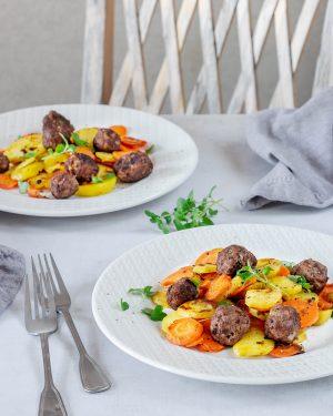 Kartoffel-Karotten-Pfanne mit Salsa-Hackbällchen