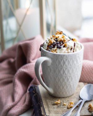 Schokoladiger Tassenkuchen mit Sahne Topping