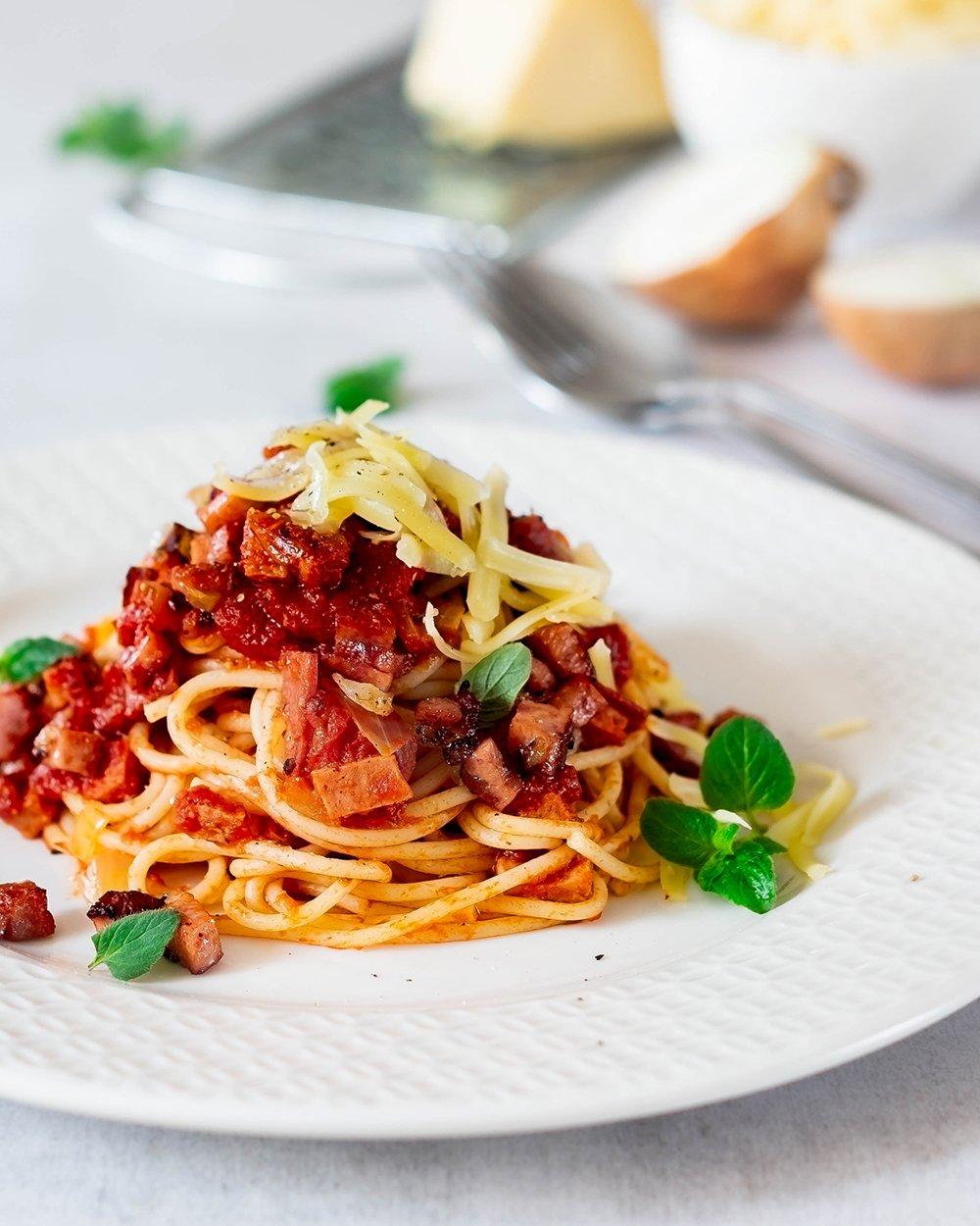 Spaghetti mit Wurstgulasch