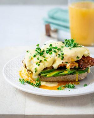 Eier Benedict - Pochierte Eier auf krossem Bacon mit cremiger Sauce Hollandaise