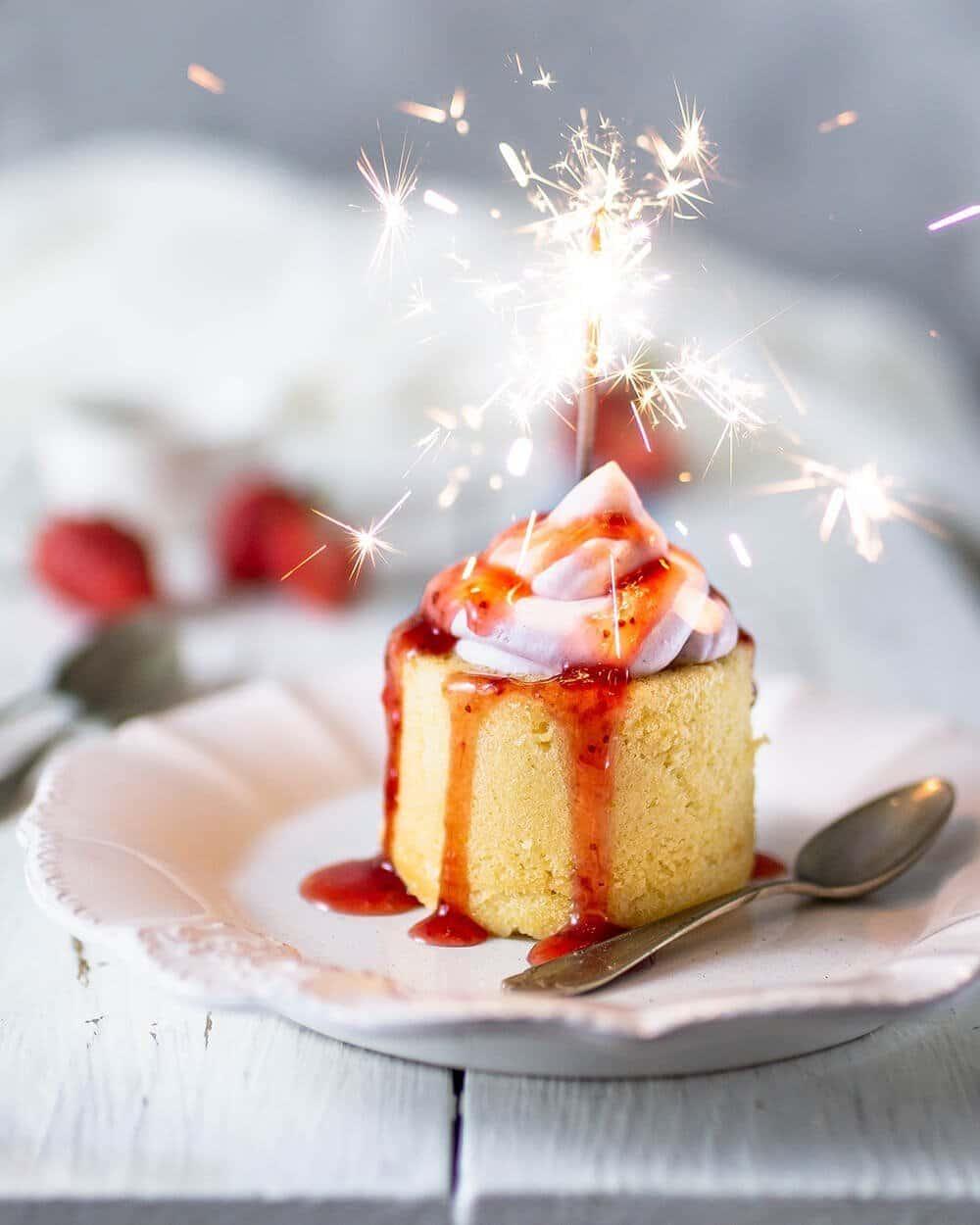 Erdbeer-Cake-Cups mit Cheesecake Füllung und schneller Erdbeersoße