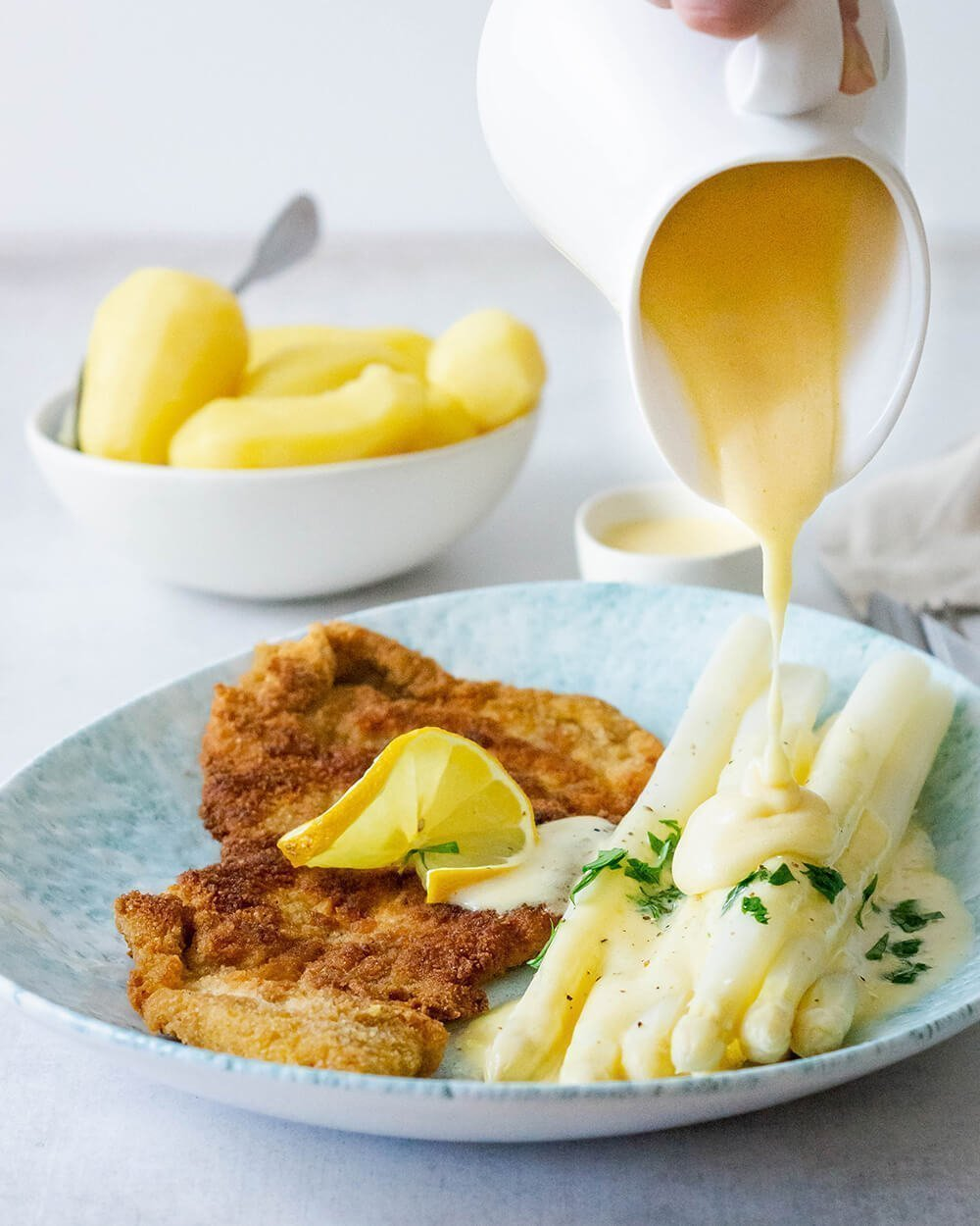 Schnitzel Wiener Art mit weißem Spargel und selbstgemachter Sauce Hollandaise