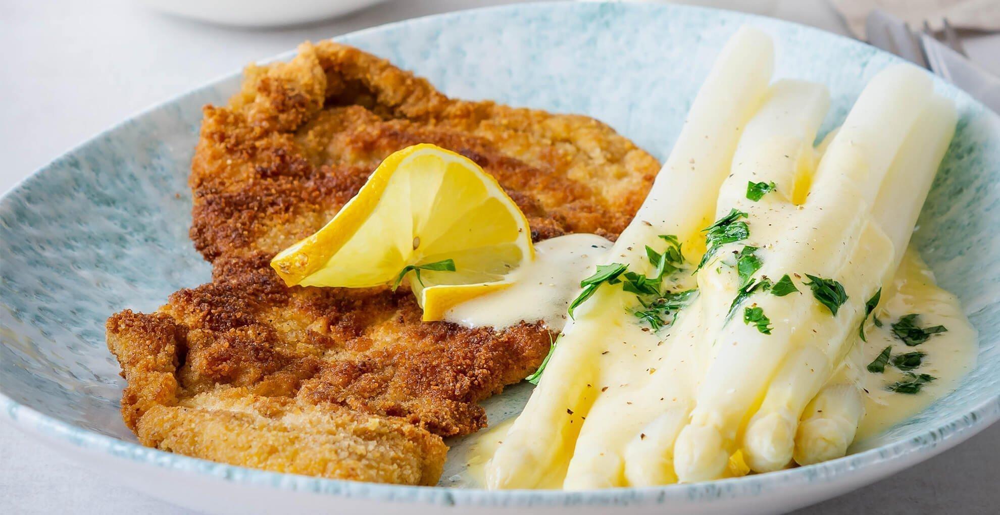 Schnitzel Wiener Art mit Spargel und Sauce Hollandaise