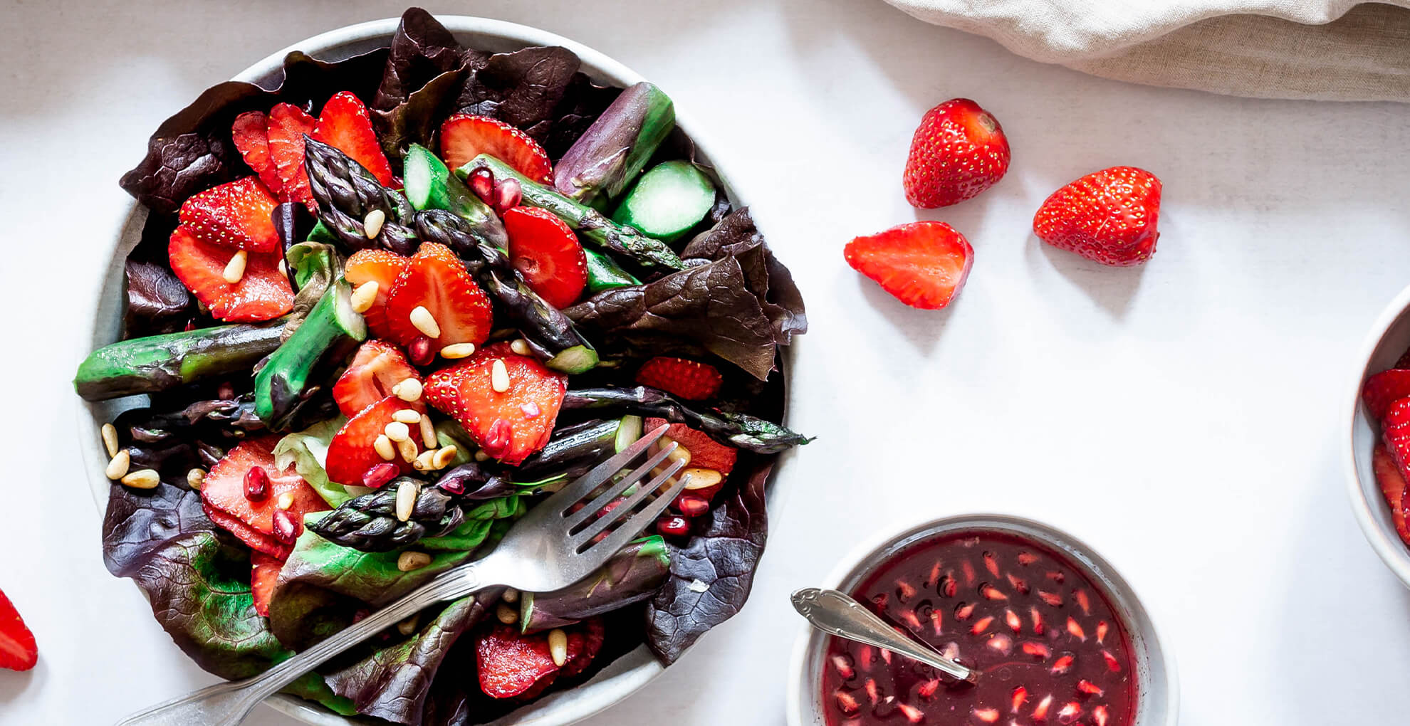 Spargel-Erdbeer-Salat mit Granatapfel-Vinaigrette