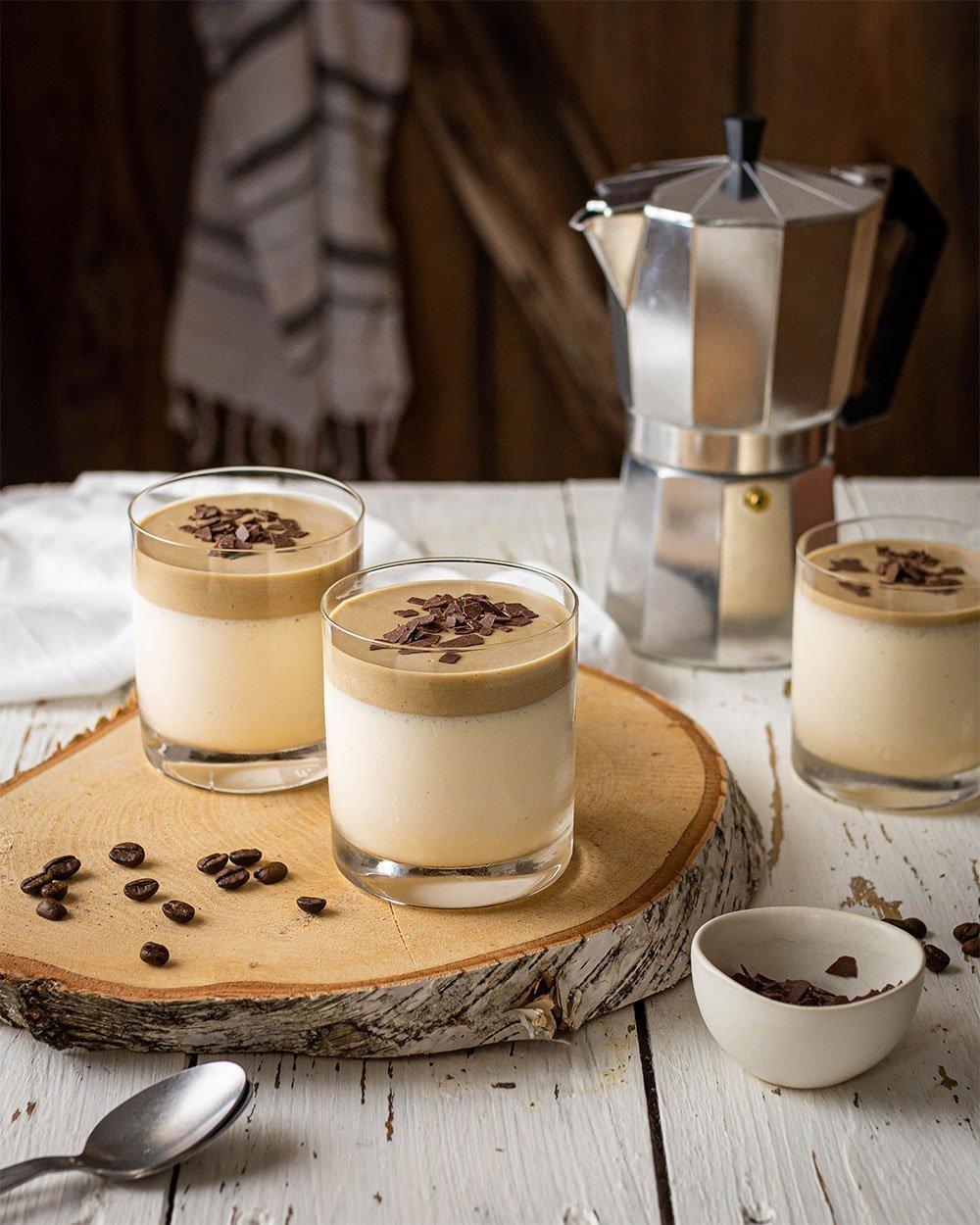 Bayerische Creme mit Kaffeemousse und Schokoraspel