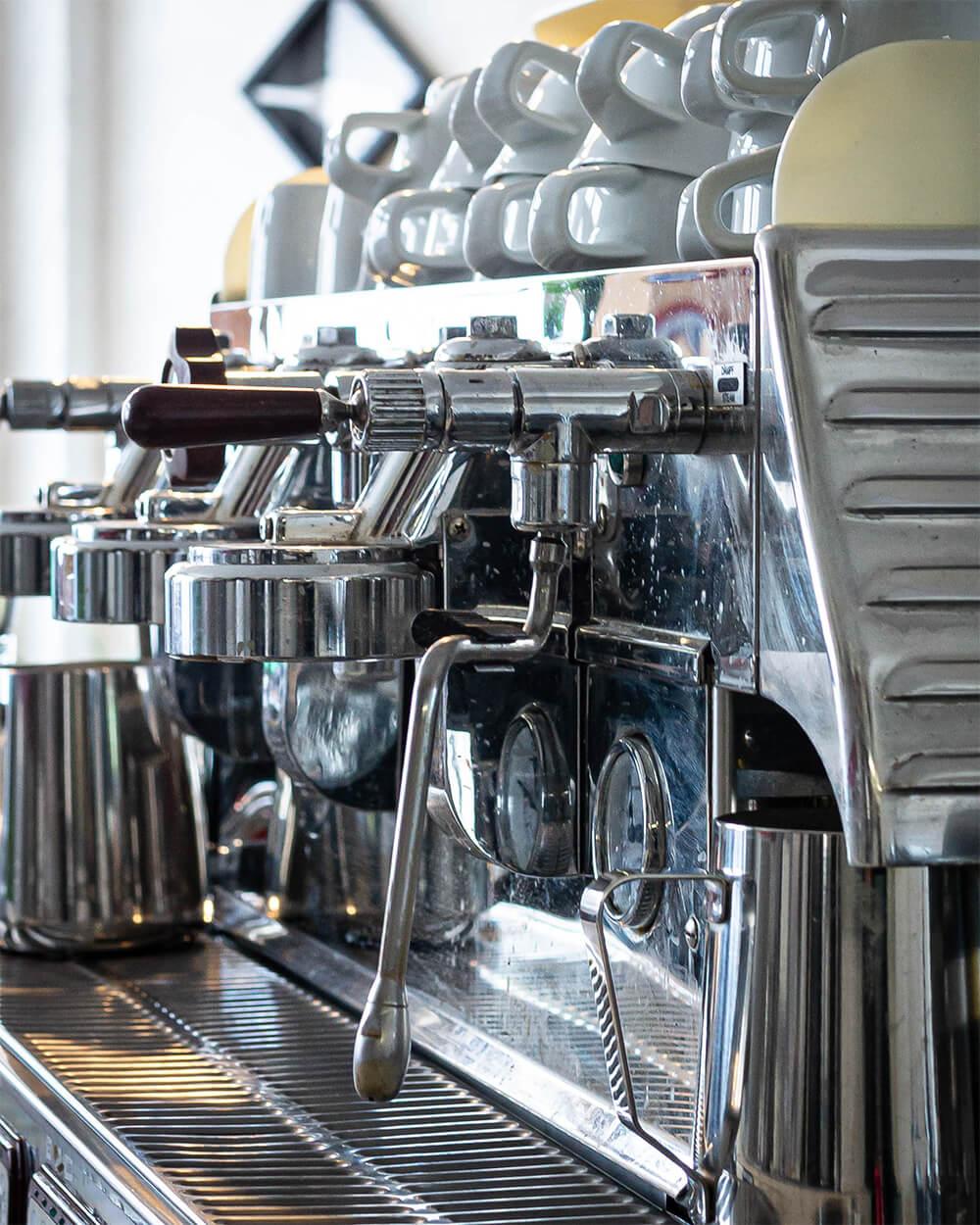 Wohlfühlen bei einer Tasse frisch aufgebrühtem Kaffee um GlücksCafé Auerbach.