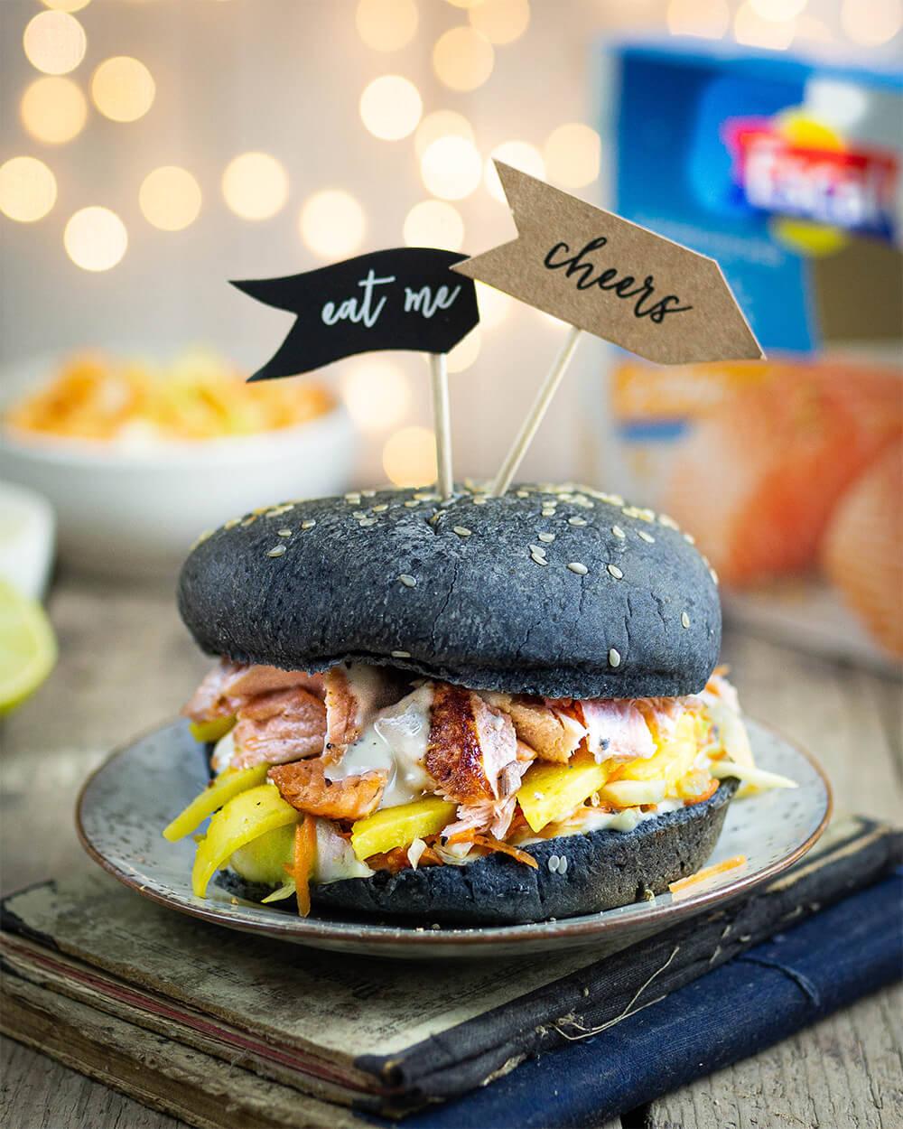 Pulled Salmon Burger mit Mango und Spicy Coleslaw