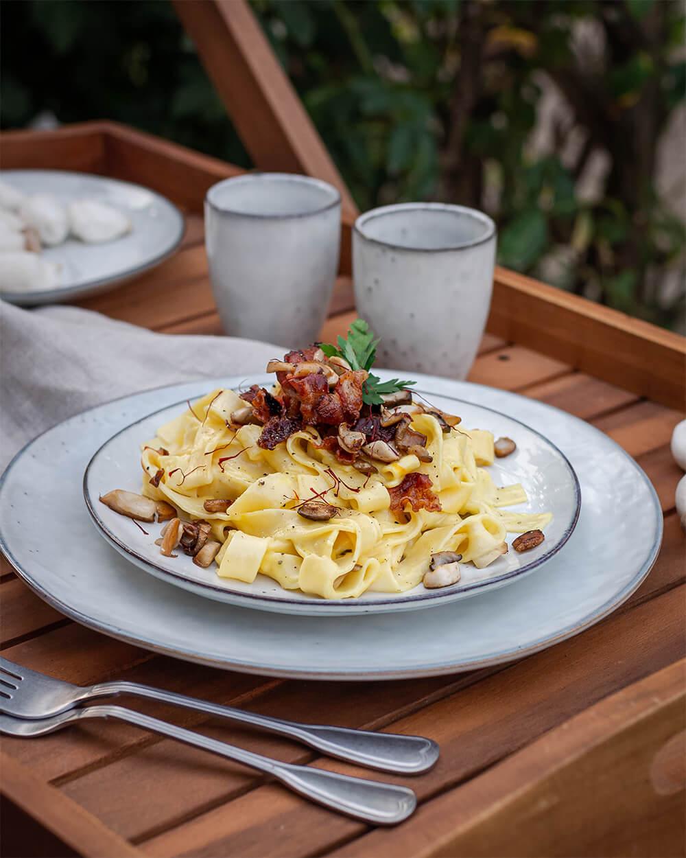 Bandnudeln in Safransauce mit Bacon Chips und Kräutersaitlingen