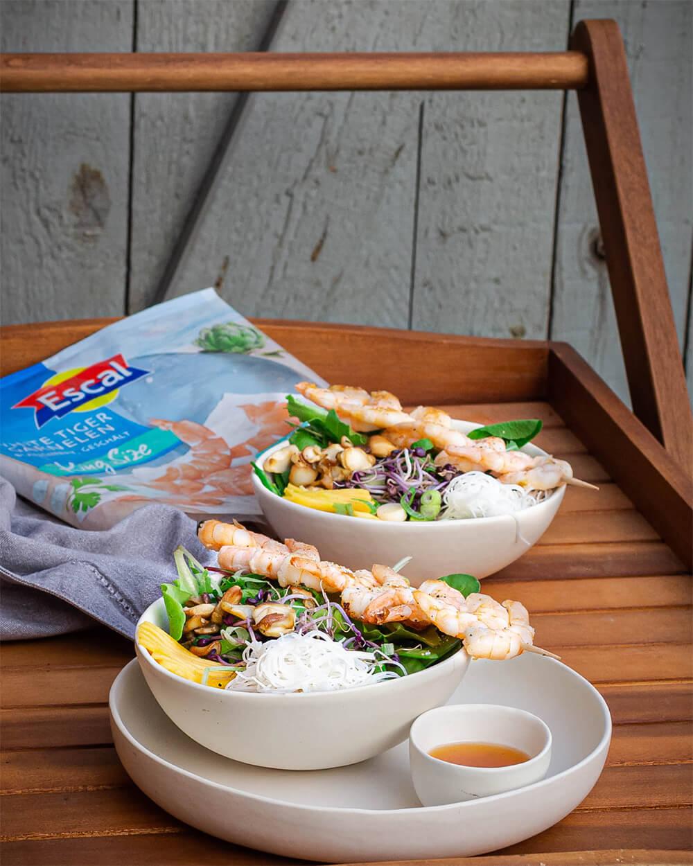 Bunte Buddha Bowl mit White Tiger Garnelen von Escal Seafood