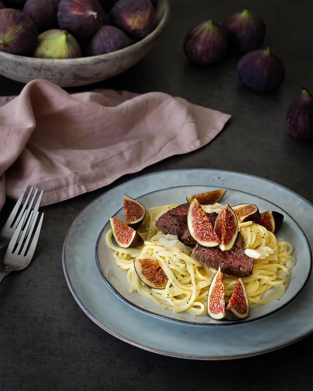 Spaghetti in Gorgonzolasauce mit frischen Feigen und Rinderhüftsteak