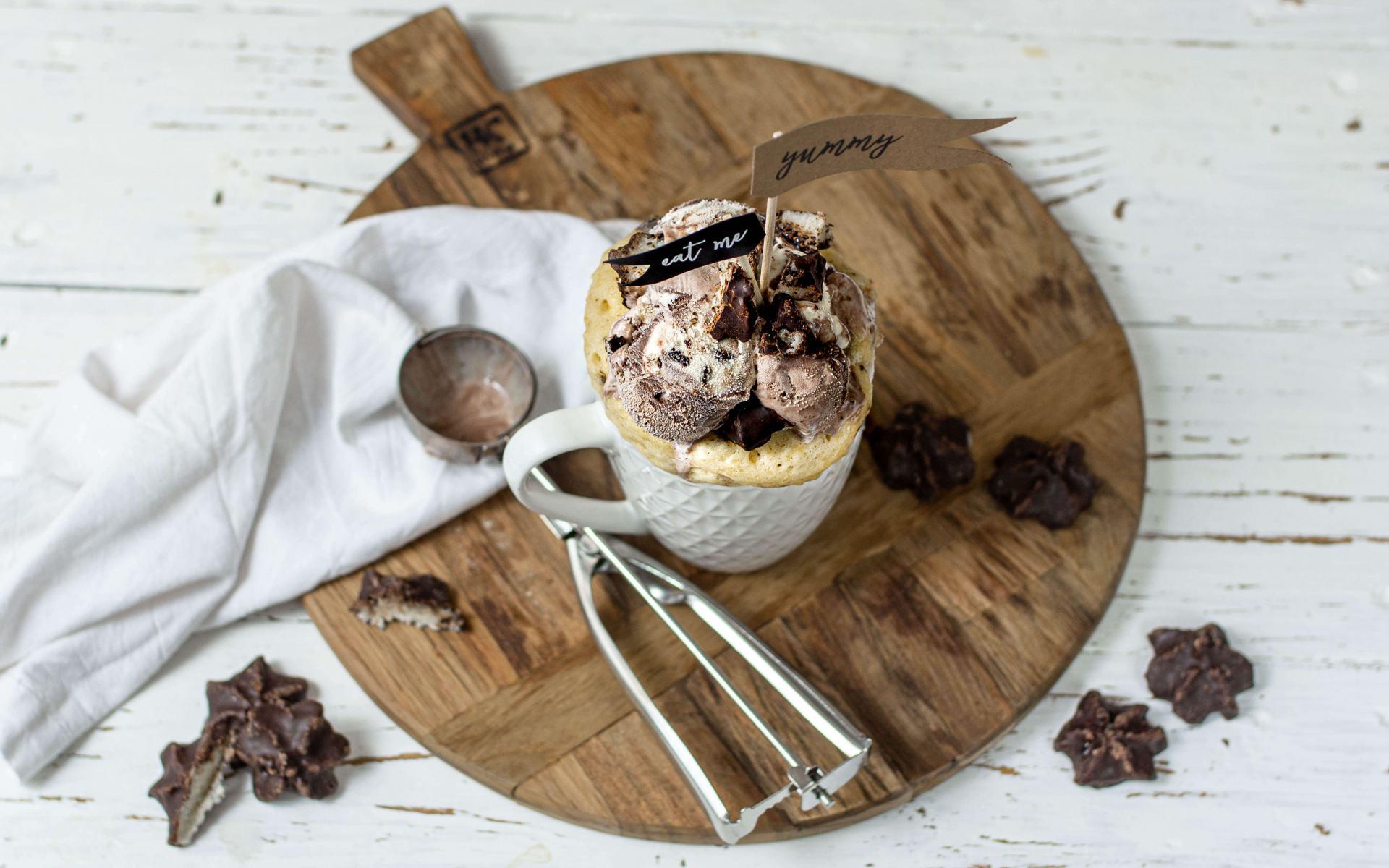 Pina Colada Mug Cake mit Kokosflocken
