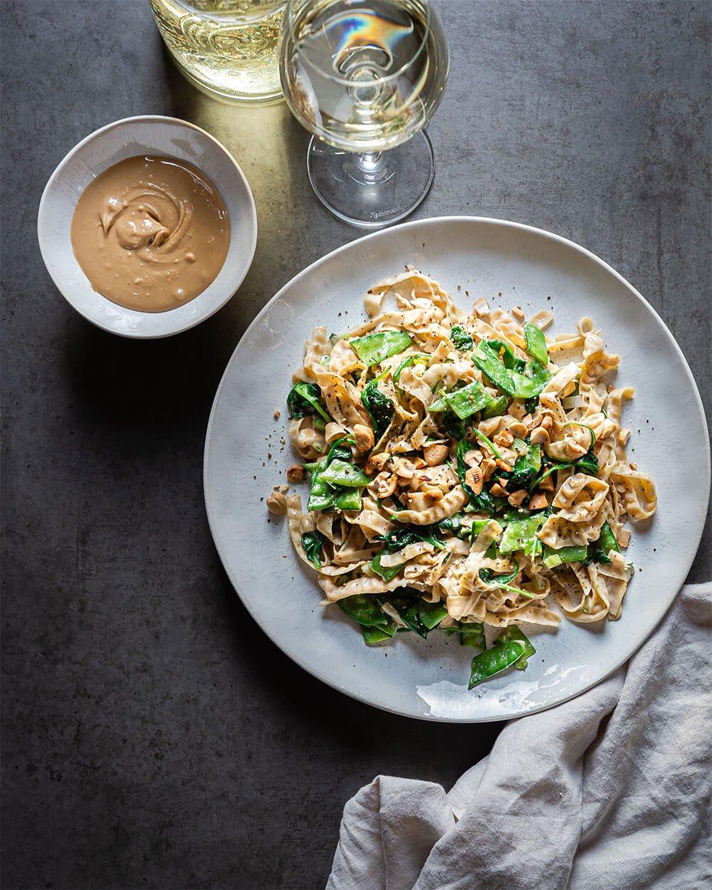 Cremige Soybean-Pasta mit Cashew-Kokossoße und Zuckerschoten