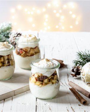Vanillecreme mit Bratapfeltopping und Baiserhaube gewürzt mit dem Bratapfelgewürz aus dem Adventskalender von Zauber der Gewürze
