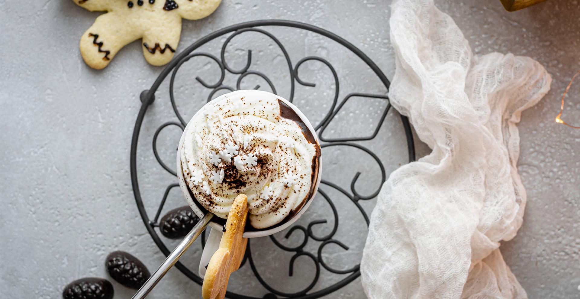 Heiße Punsch-Schokolade mit Sahne-Topping