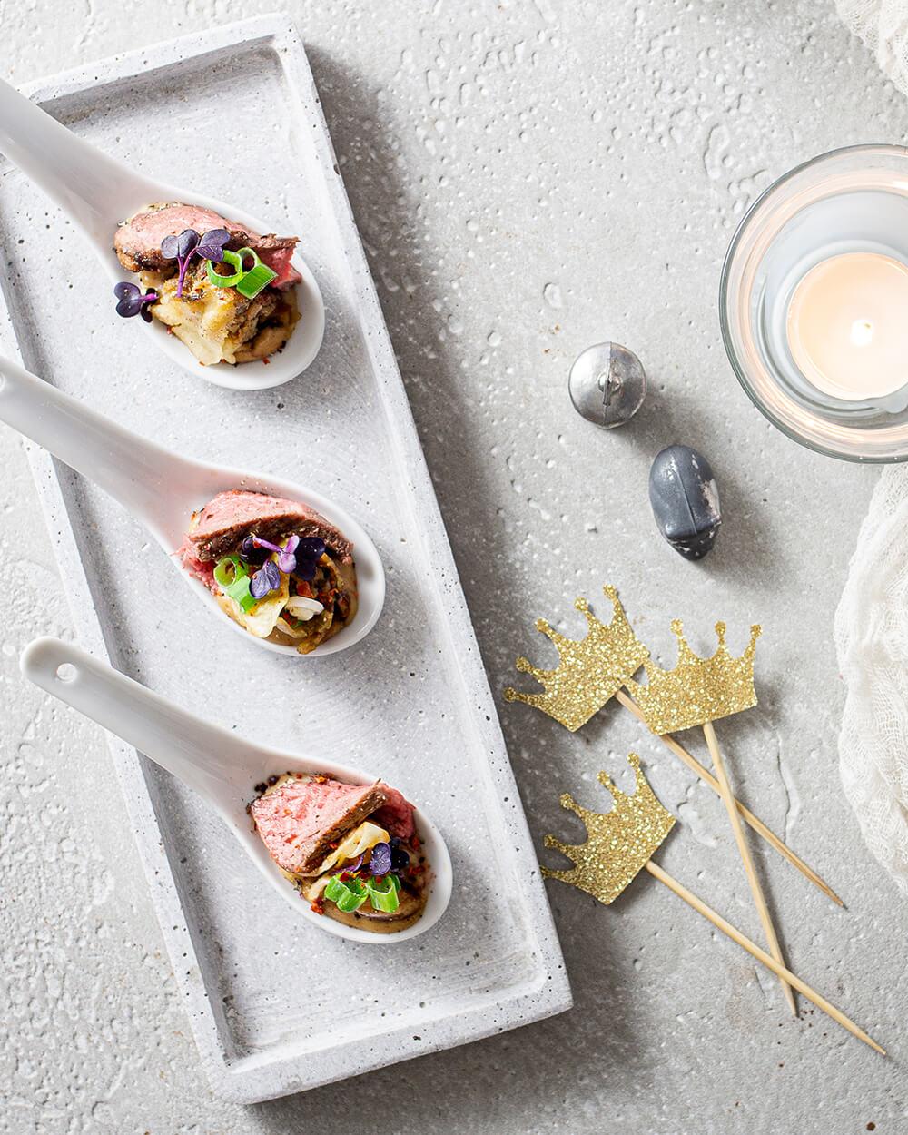 Gyoza Rind Teriyaki mit Erdnusssoße und Roastbeef