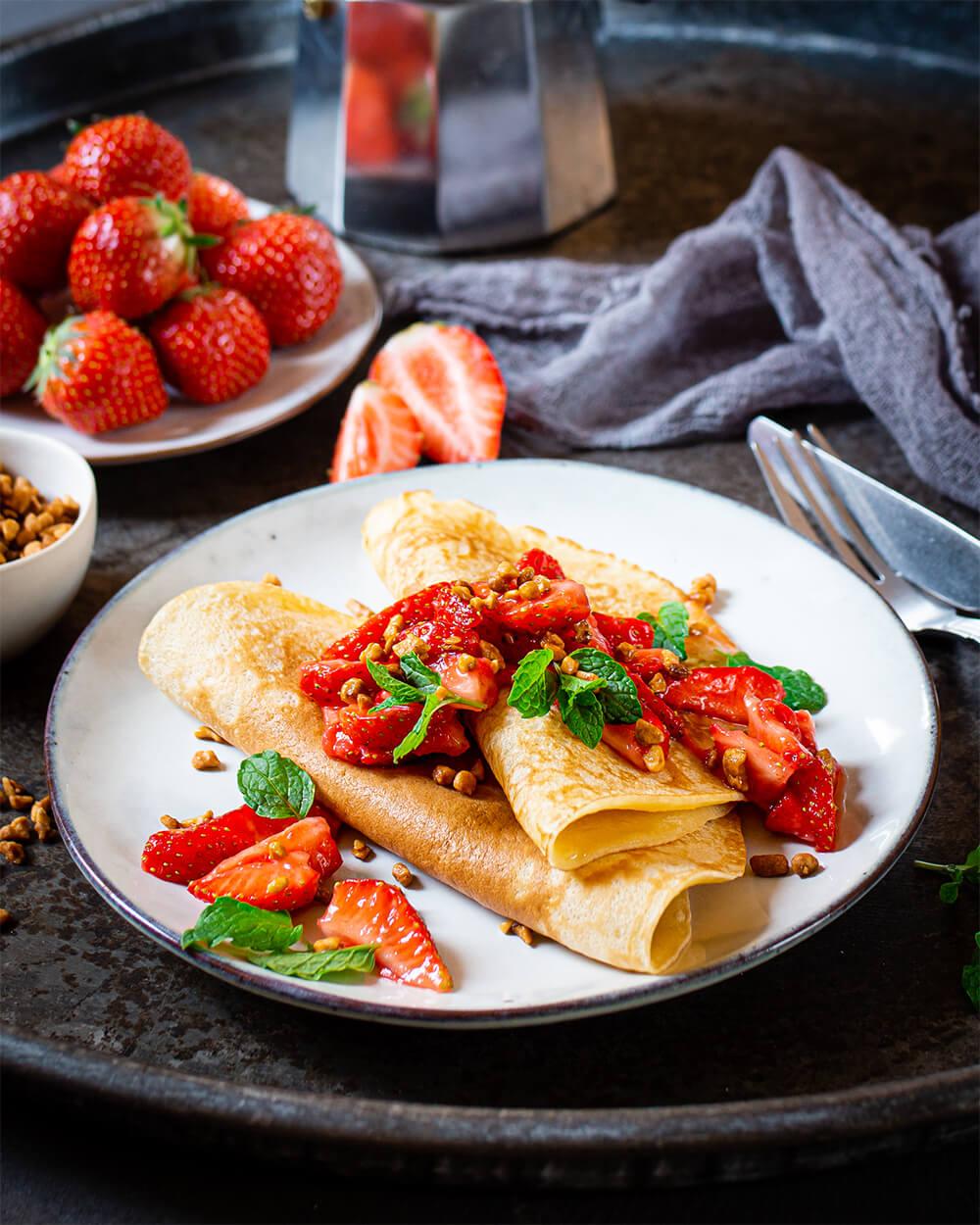 Eierkuchen mit marinierten Erdbeeren