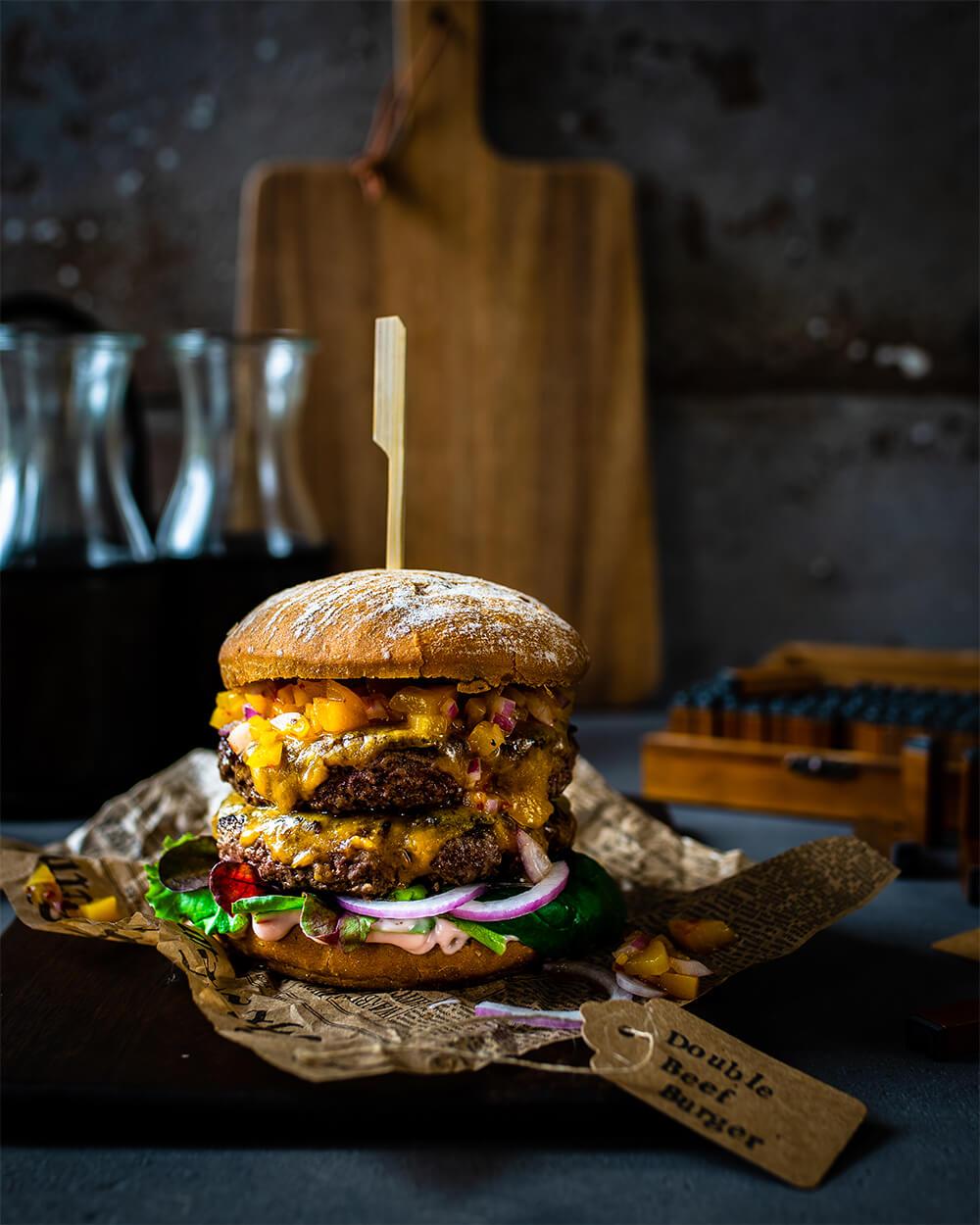 Double Beef Burger mit Pfirsich-Salsa