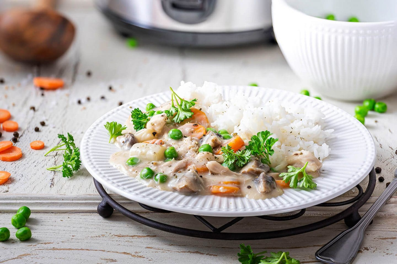 Buntes Hühnerfrikassee mit Reis